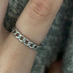 jättefin ring från Izabeldisplay. Kommer inte till användning. Blir inte missfärgad och färgar inte av sig heller. Köpt för 250. justerbar