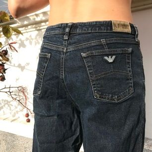 Mörkblå jeans från Armani i stuprörsmodell. Köpta second hand och är i fint skick! Sitter bra men mer upp i midjan på mig som är en M/L, jämfört med passformen på bilderna. Köparen står för frakten!