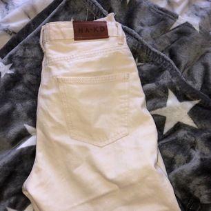 Helt nya byxor som aldrig använts. Säljer då dom sitter för tight på mig som är 164,5cm men sitter annars bra. Frakt står köparen för💞
