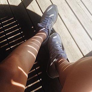 Ett par gråa New balance skor i modellen 420. Använda rätt mycket men fortfarande i bra skick. De är ett litet hål inne i högra skon men inget som påverkar passformen, men därför sänker jag priset. Storlek 39, normala i storleken. 🦋