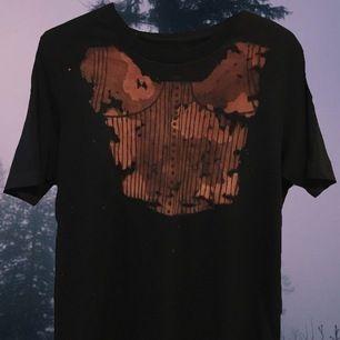 En t shirt med corsetmålning på💕 frakt 30kr