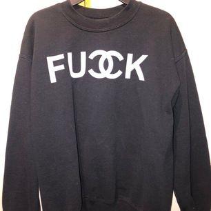 Säljer denna coola tröja! Med Chanel tryck på, Väll använda men i mycket bra skick. Stl M passar båda tjej och kille, frakt ingår☺️