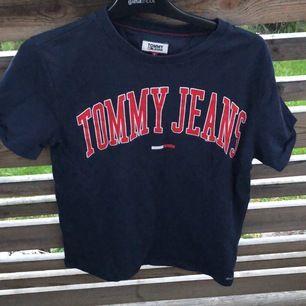 En mörkblå t-shirt från Tommy jeans är i bra skick