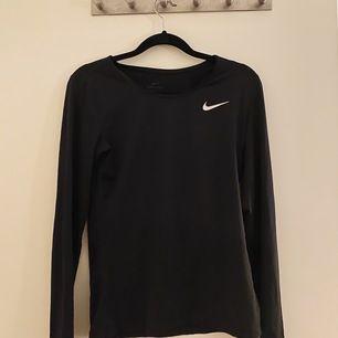 Tunn och luftig träningströja från Nike. Storlek xs men mer som en S 🖤 bra skick!