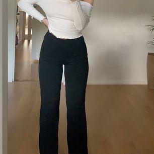 Säljer dessa snygga byxorna från Prettylittlething, knappt använda och i super fint skick! Köparen står för frakten vilket är 50kr 💖