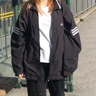 adidas track jacket, dvs typ löparjacka. aning vindtät, men framför allt sjukt snygg, 80-talsstil ish. nypris ca 750kr. nyskick.