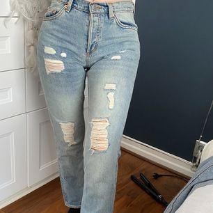 Jeans från Monki med slitning. Väldigt snygga men passar inte mig längre. Normal höjd i midjan. Storlek 34