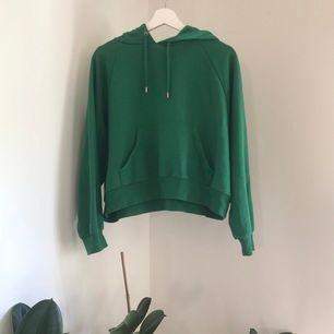 En som ny (använd 2 gånger) grön hoodie från Monki. Ganska tunn material (perfekt för sommaren) ✨luva+ficka längst fram! Kan frakta eller möta upp i Stockholm 💞