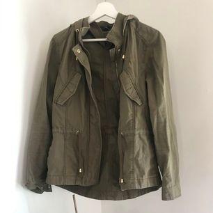 Från H&M: militär grön jacka, perfekt skick!💓💞💕KOLLA MIN PROFIL MASSA NYTT OCH BILLIGA PRISER!