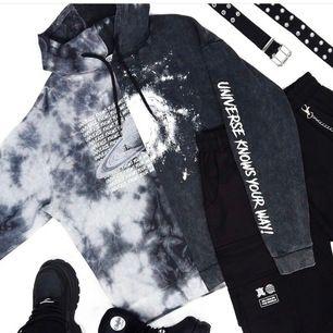 Häftig hoodie från Lisa Anckarmans och Ribeckas kollektion med Madlady! Köpte storlek M då jag ville ha den lite oversized☺️ Frakt tillkommer🌸