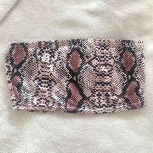 Aldrig använd, bara testad! Snygg bandeu i snake print från boohoo 🐍 i storlek 38, skulle säga att den passar en XS-S. Dm för mer info/bilder. Frakt på 22 kr tillkommer