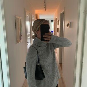 Grå stickad tröja ifrån mango med en polokrage, storleken M men passar mig som har s-xs. Kan mötas upp i Stockholm eller så står köparen för frakten.