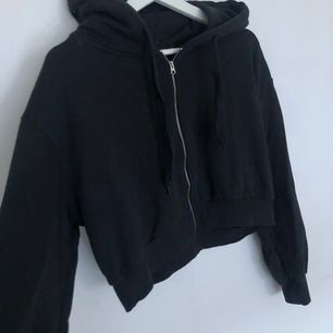 Kortare zip hoodie, Från: bikbok Storlek: XS skulle även passa en S Nypris: 399kr, Säljes pga: kommer inte till användning, 170kr inklusive Frakt