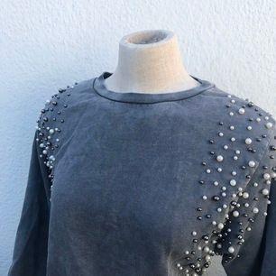 Stenfärgad tröja från Lindex med pärldetaljer. Väldigt fint skick!  Frakt tillkommer på ca 70kr.