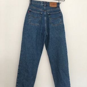 Retro jeans ifrån 90-talet. Som nya! Storlek XS-S, har en riktigt fin passform och är högmidjade. Frakt 66 kr, kontakta mig gärna med frågor!