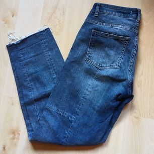 Boyfriend jeans med slitningar nertill & coola sömmar på byxbenen. Använda 1 gång.