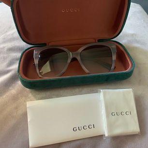 Helt oanvända solglasögon från Gucci! Inga repor eller skavanker, fodral samt kvitto tillkommer. Ny pris för solglasögonen är cirka 2500kr, mitt pris: 1700kr. Pris går att diskutera vid snabb affär. Möts upp i Stockholms-området men de kan även postas mot