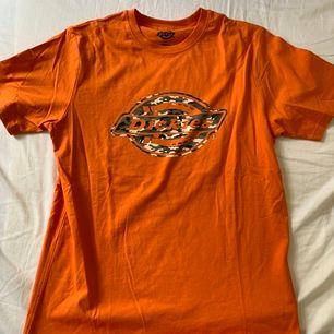 En as cool orange dickies t-shirt!! Väldigt snygg som den är eller croppad🌝 Hör av er om ni vill ha fler bilder, köparen stå för frakten!