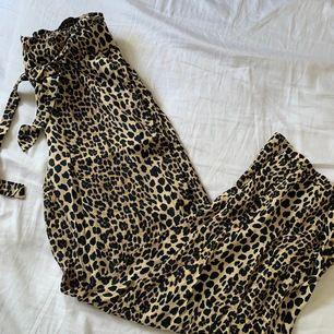 Säljer ett par flowy leopard byxor i storlek s! Behövs fler bilder hör av er, köparen står för frakten!🌸