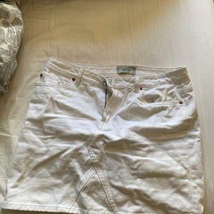 Vit jeanskjol från New look Strl 42. Betalning via swish och postar i postnords blå påse!