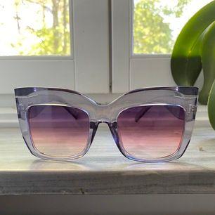 Snygga coola solglasögon. Genomskinliga och i färgen lila