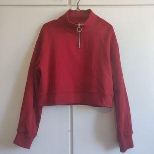 En skitfin cropad hoodie från H&M i storlek S. Endast använd 1 gång. Köpare står för frakten. ✨