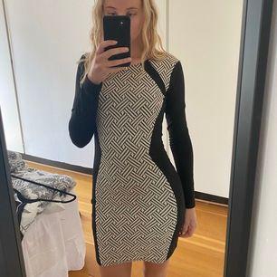 En super skön & snygg form klänning som framhäver formerna väldigt bra med dess ränder. Knappt använd. Köparn står för frakt.