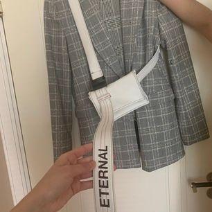 En väldigt trendig streetwear väska. Älskad men kommer inte till användning. Nypris ca 700kr säljer för 300