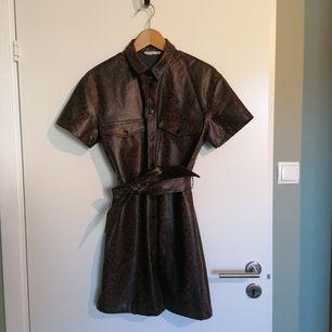 Jättefin skjortklänning i ormskinnsmönster från Stradivarius i storlek M. Har endast blivit använd en gång, därför hoppas jag att den kan bli använd mer av någon annan 💕 150 kr + frakt, kan även hämtas i gbg 😍