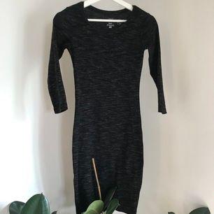 En sjuk fin klänning (från H&M). Man får en jättefin kropp i den! Den är lång till knäna ungefär💕KOLLA MIN PROFIL FÖR MASSA BILLIGA OCH NYA PLAGG! VID KÖP AV 2 ELLER FLER PLAGG KAN PAKETPRIS ORDNAS✨🧚🏼♀️💕