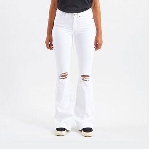 Vita bootcut Jens men hål på knäna, lite flare modell. Perfekta till sommaren!!!🤩 knappt använda, pris kan diskuteras vid snabb affär!