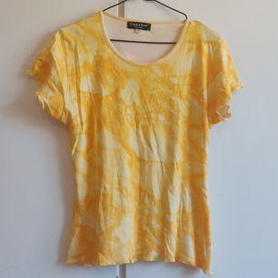 Tiedye t-shirt med volang-detaljer i sömmarna. Köpare står för frakten. ✨