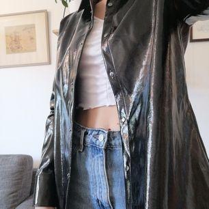 Skjorta/jacka i fakeskinn från NA-KD, storlek 40. Använd bara någon enstaka gång, hoppas någon annan kan få mer nytta av den 🥳 50 kr + frakt, kan också hämtas i Gbg! 💕