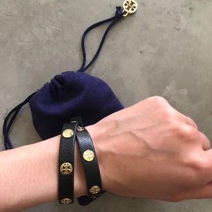 Jättefint och populärt äkta läder armand från Tory Burch köpt i Stockholm på nordiska kompaniet💛 Guld detaljer, använd i gott skick. (Finns ej kvar att köpa längre)🌸Frakt tillkommer! Pris kan diskuteras:)