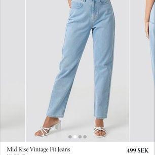 Säljer mina jeans från nakd pga att dem är förstora, köpte dessa jeans i 34 men skulle mer säga att dem är i 36/38 då de är väldigt stora i midjan har vanligtvis 34 i jeans. Men super snygga jeans!