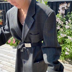 Kavaj köpt på stadsmissionen. Går att använda som både jacka samt klänning och är i ett fint rutigt mönster. Frakt exkluderad🥰
