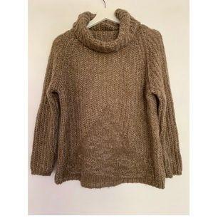 Brun stickad polo tröja som passar storlek XS/S. Använd endast ett fåtal gånger. Pris: 100kr+frakt.