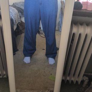 Jätte snygga stora jeans! Kommer tyvärr inte till användning! Sitter stort och baggy och är är långa på mig som har S o är 167!!❤️