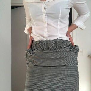 Jätte fin kjol från hm . Kan frakta och mötas upp. Osäker på frakten och priset kan diskuteras💜 bara seriösa köpare 😀🙏🏼🙌🏼storlek 40