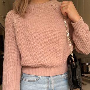 Jättefin stickad tröja från hm i XS, säljer pga att den inte kommit till användning! Frakten står köparen för (66 kr) 💞💞