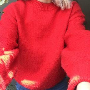 En röd stickad tröja från HM. Storlek XS. Finns inte mycket mer att säga.. Köparen står för frakten.