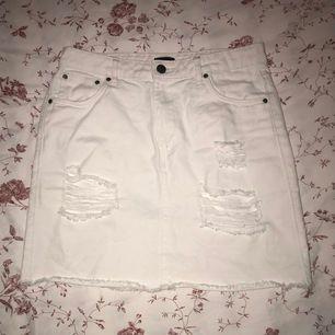 vit jeanskjol med slitningar från Nelly i storlek 34. väldigt lite använd och i fint skick. kan skickas eller så kan jag mötas upp i högsäter/färgelanda/uddevalla😊