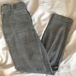 Häftiga rutiga kostymbyxor från veromoda som är smickrande och lite annorlunda. 2 fake fickor där bak och två riktiga fram. Har hål för skärp och är även elastiska runt midjan. Storleken är S/32.