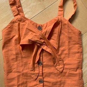 orange superfint linne aldrig använt p.g.a att den var för liten för mig. Perfekt till sommaren som går att båda klä upp och klä ner. Köparen står för frakten