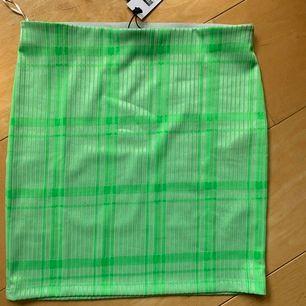 kort limegrön kjol i storlek m. såå fin färg men kan tyvärr inte användas då den va för liten. köparen står för frakten😁