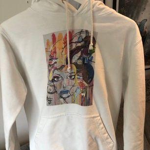 Super fin cool elephant hoodie som säljs pga att den inte kommer till så mycket användning längre. Svin cool och är köpt för cirka 600 kr. Kan mötas upp i Stockholm eller så står säljaren för frakt. BUDA!!🥰🥰