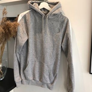 Grå hoodie med vit linje på båda ärmarna, i fint skick! Passar storlek XS-S, köparen står för frakt🥰