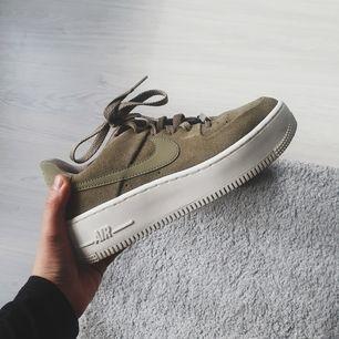 Nästan helt ny Nike Sportswear AIR FORCE 1 SAGE i färgen trooper/phantom. Den är i storlek 37,5 men är en halv storlek för liten i storleken och passar därför en som har 37. Använd utomhus 1 gång. Köptes på zalando för 1095, kvitto finns!