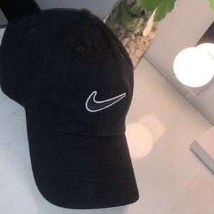Säljer min Nike keps då jag inte tycker den passar mig! Tycker den är skit snygg men någon annan passar säkert bättre i den!💓💓