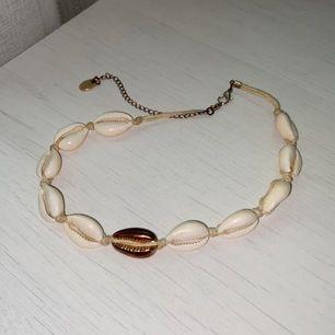 Väldigt fint snäckhalsband som jag använt 2 gånger🐚 betalning sker via swish och köparen står för frakten🤍🥰